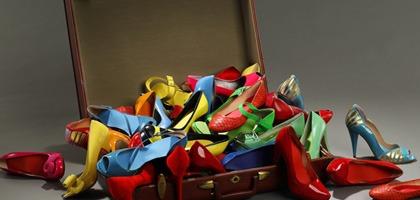 Arrumar sapatos na mala de viagem